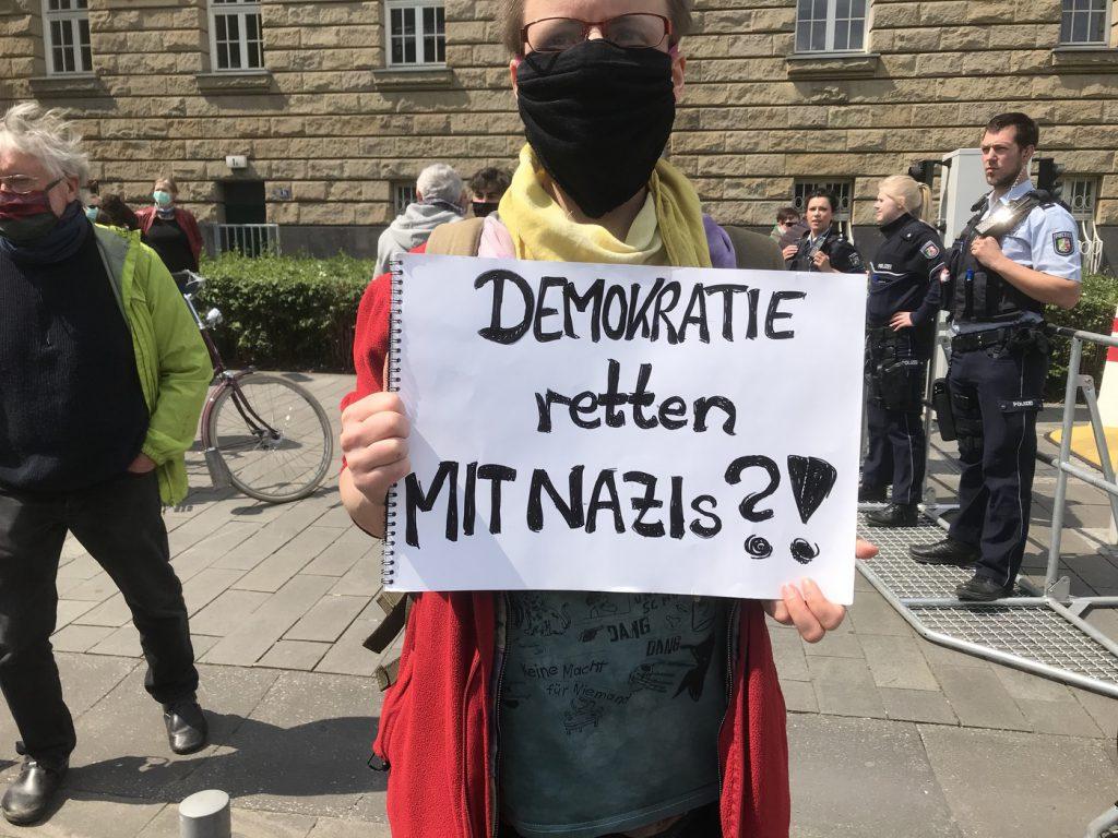 Gegendemonstrantin in Duisburg; Foto: Peter Ansmann