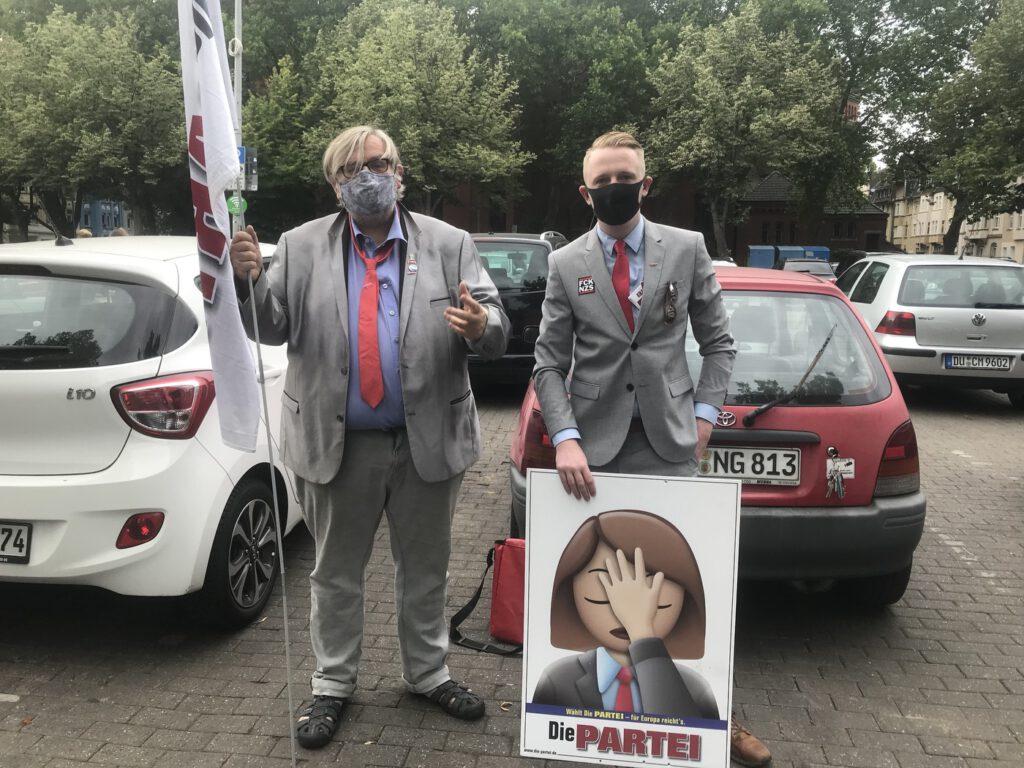 Spitzenkandidat Matthias-Maria Eidens (Links) und Direktkandidat Chris Fath in Duisburg-Wanheimerort; Foto: Peter Ansmann